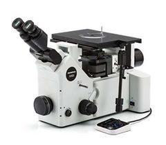 Configuração típica do equipamento: microscópio metalúrgico invertido, lente objetiva 10X e câmera de alta resolução para microscópio