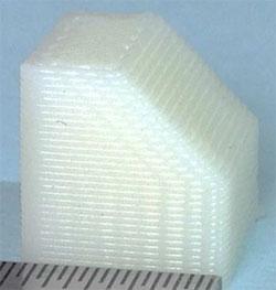 図1:パーツの拡大図(積層ピッチ330µmで作成した、傾斜面のある10mmの立方体)